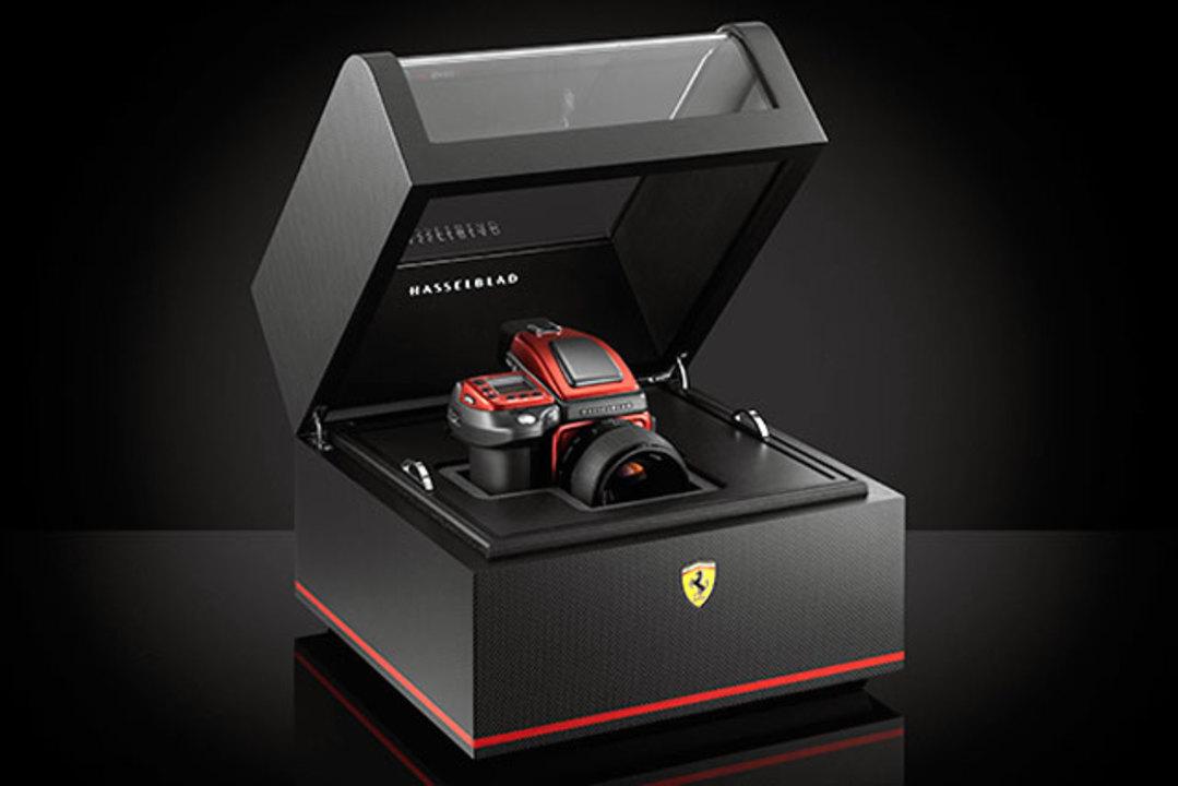 ハッセルブラッドとフェラーリがコラボした高級デジタル一眼カメラ、お値段はなんと285万6000円!