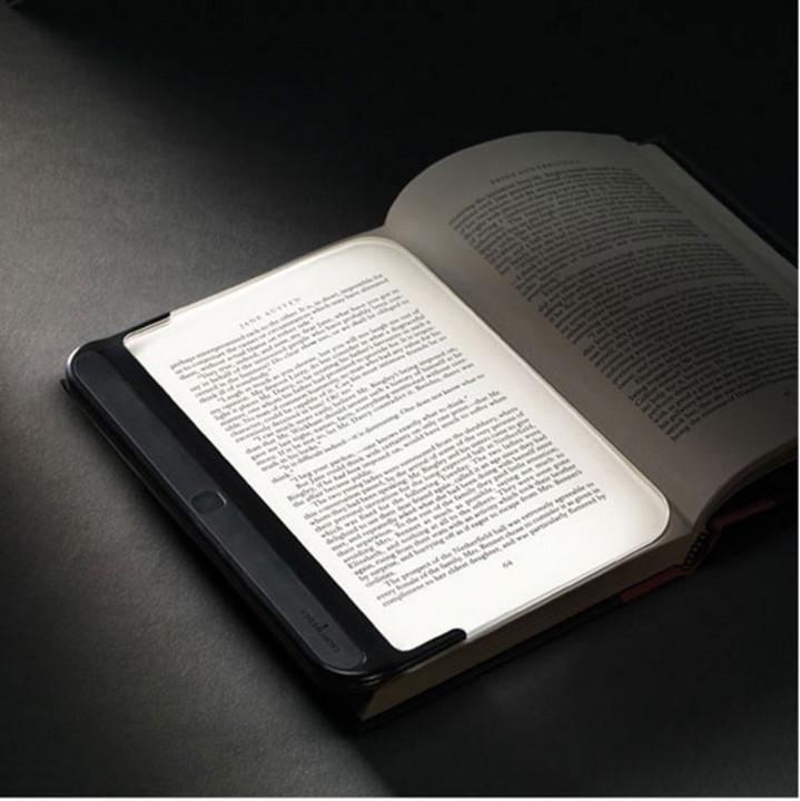 暗い場所での読書に光を与えてくれるLEDブックライト「ライトウェッジ2.0」