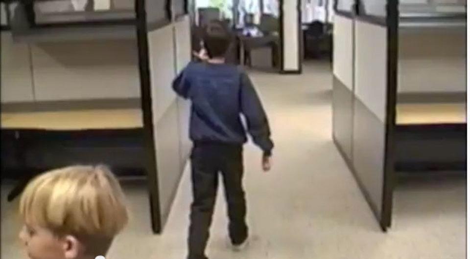 1999年、2人の少年がグーグルオフィスを見学して回る動画がありました