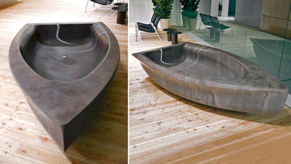重さ1587キロ、石でできたボート型のバスタブ