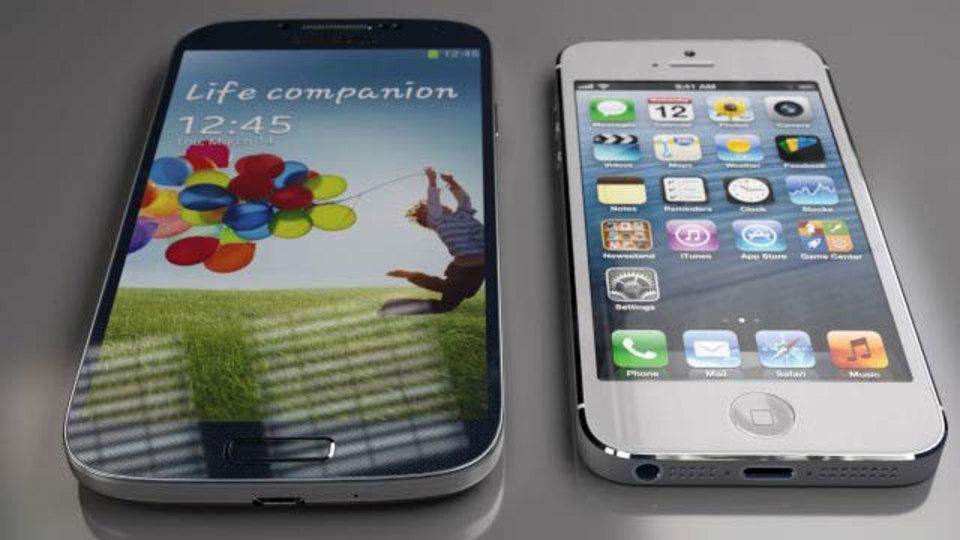 サムスンGalaxy S4とアップルiPhone 5を横に並べてサイズを比較