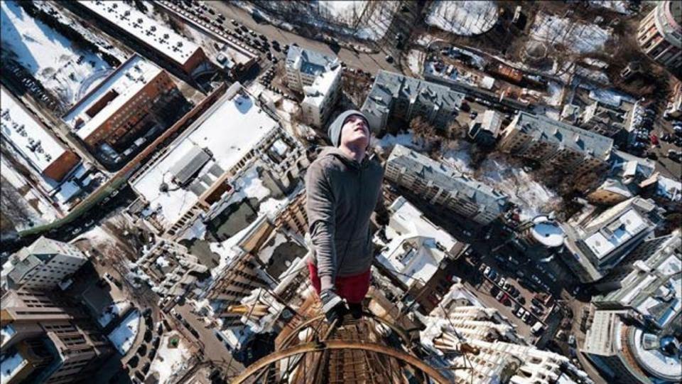 【高所恐怖症観覧注意】腕一本で高層ビルのあんな所やこんな所にぶら下がる男がいる(ギャラリーあり)