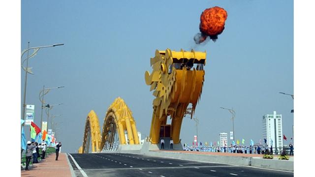 米国からの解放を祝い火を噴くドラゴンブリッジがベトナムに登場(アメリカ人の反応+動画あり)