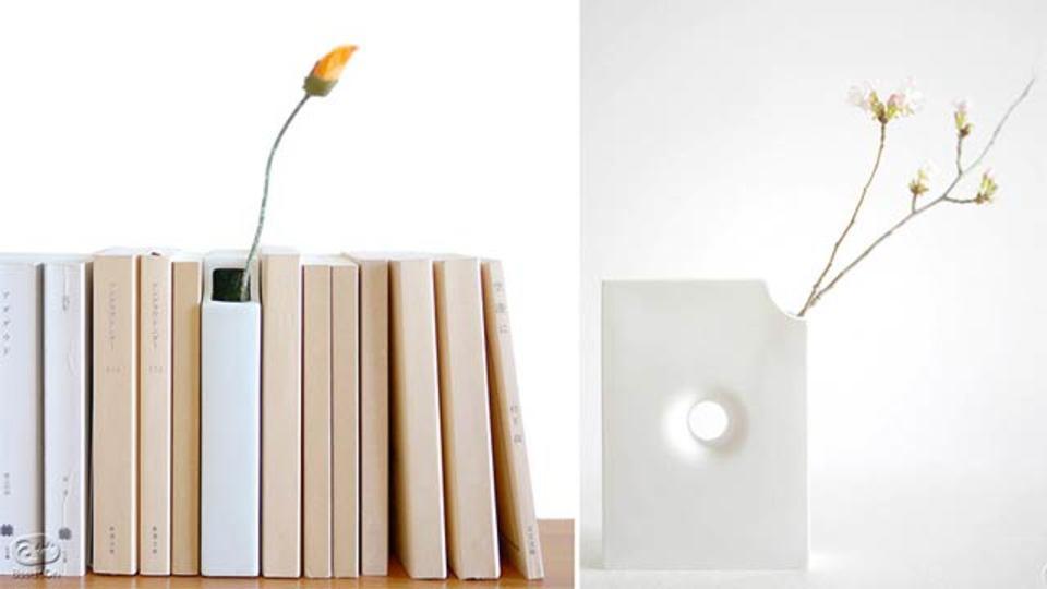 本の形した花瓶、本棚に一緒に並べて春の読書タイム
