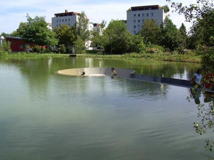池の真ん中にあるのに濡れない広場