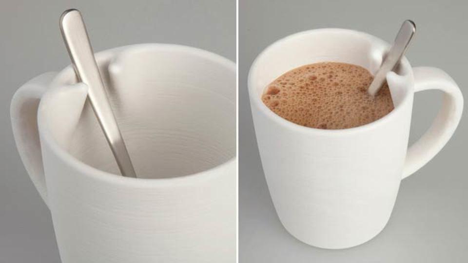 マグカップの「スプーンぐるーん落ち問題」に解決策、これが天才マグカップだ!