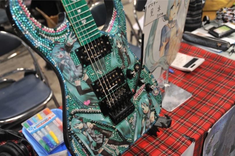 [ #chokaigi ]ライブでも使えるキラッと輝く初音ミク仕様の痛ギター