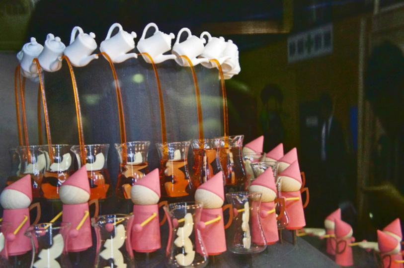 この紅茶、手間暇かかってる! サイネージとゾートロープを使ったAGFの紅茶工場アトラクションがすごい(動画あり)