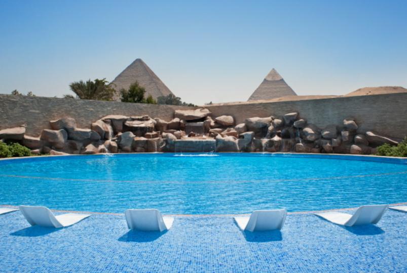 なんという贅沢...。本物のピラミッドを眺めながら泳げるホテルのプール