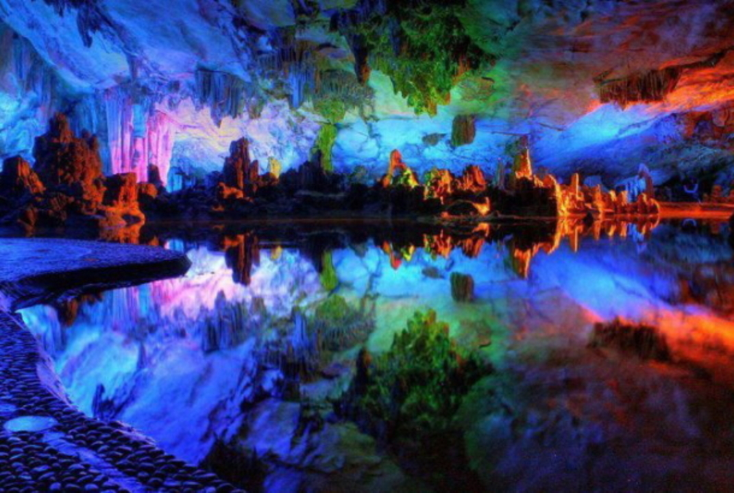 もはや映画の世界。全長240m、7色に染めらた鍾乳洞の超絶美