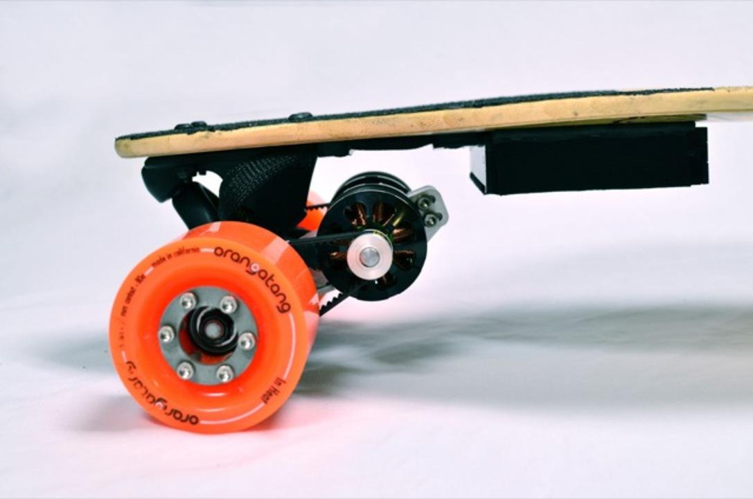 ブースター搭載スケートボードが異次元の走りを実現(動画あり)