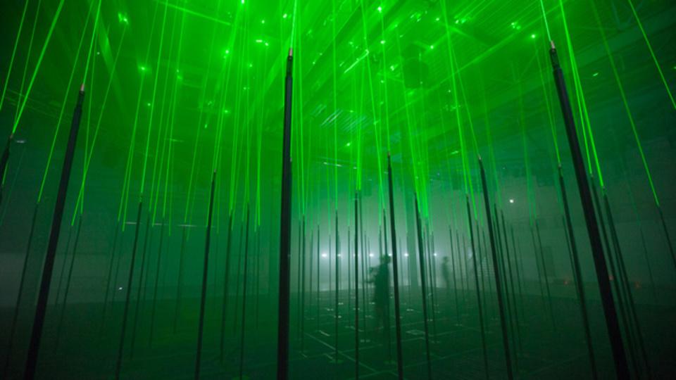 ドラッグ不要。幻覚が見えそうなレーザー光線の森「フォレスト」(動画あり)