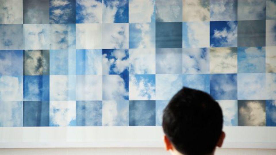 雲が作る「顔」を顔認識プログラムで集めたアート作品