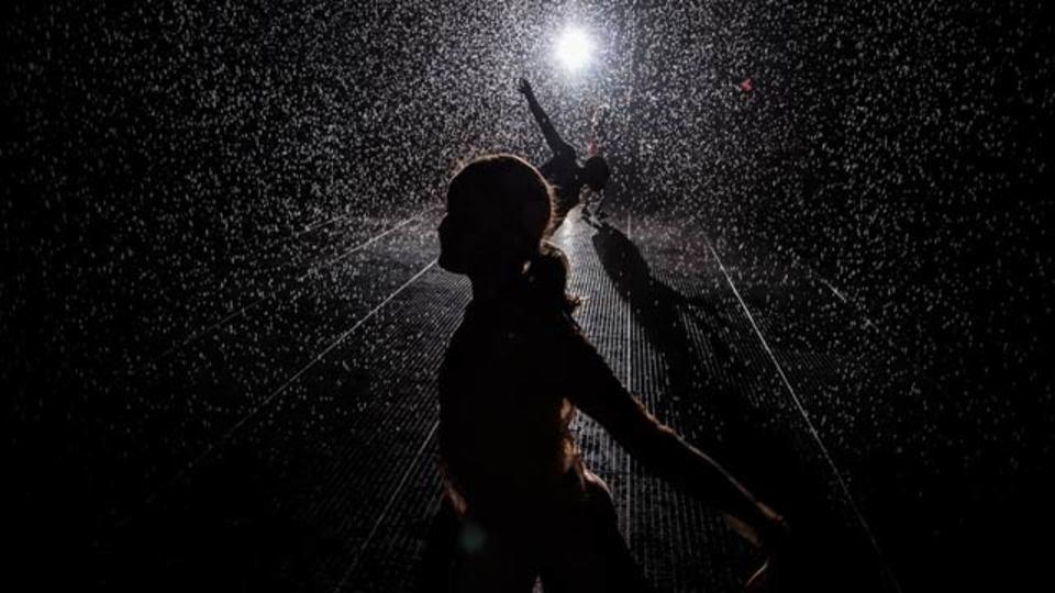 Rain Room:土砂降りの雨の中を濡れずに歩くインスタレーション(動画あり)