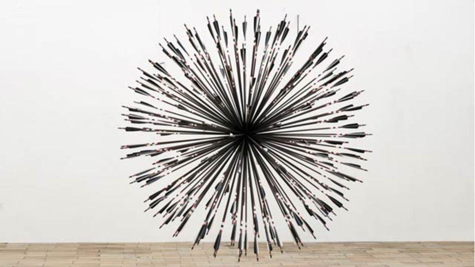 200本の矢がターゲットを狙う、部屋一杯の矢のアート
