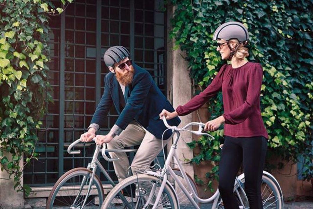 スーツやジャケット姿ともマッチする畳める自転車ヘルメット「Citly」
