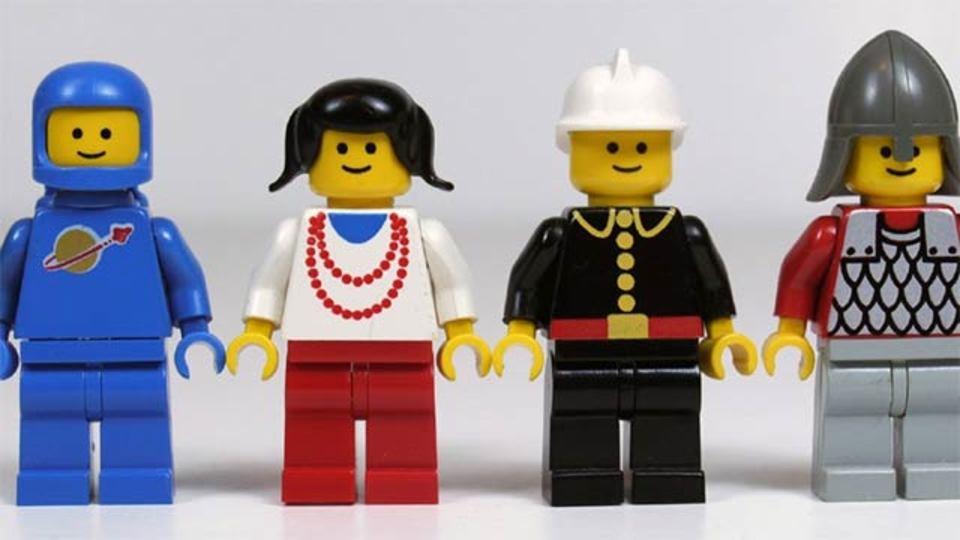 レゴのミニフィグは、25年前と比べて笑顔が少なくなっているらしい