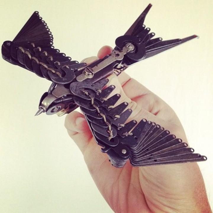 接着剤なし! タイプライターの部品だけで作ったツバメがスチームパンク感たっぷりで趣深い(写真ギャラリーあり)