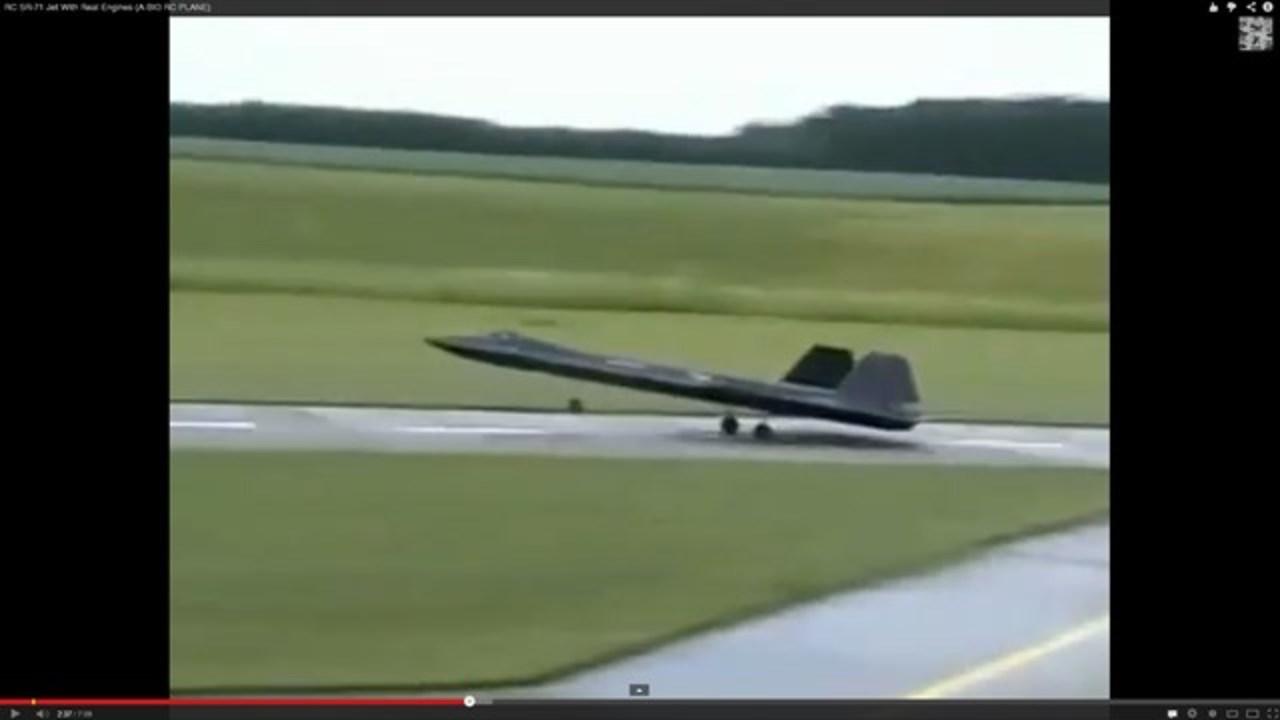 ジェットエンジンを積んだSR-71のラジコンが本物すぎる(動画)