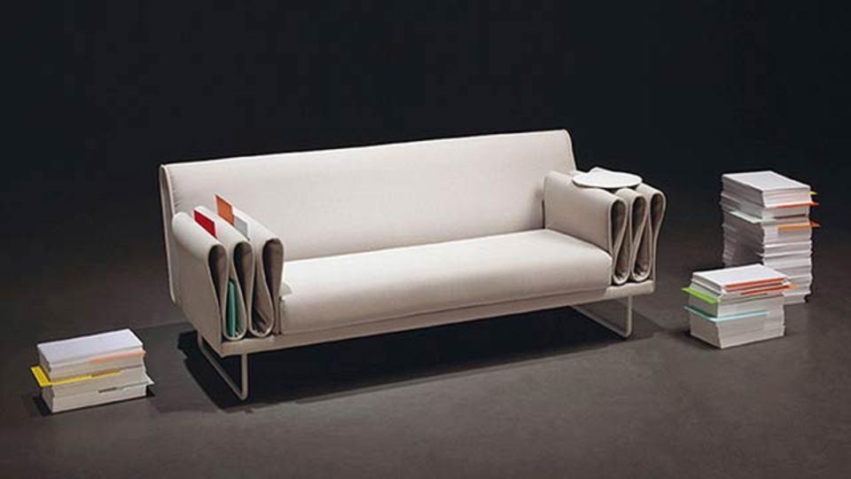 ソファの隙間にものが落ちる、その隙間を活用してめちゃくちゃ隙間があるソファ