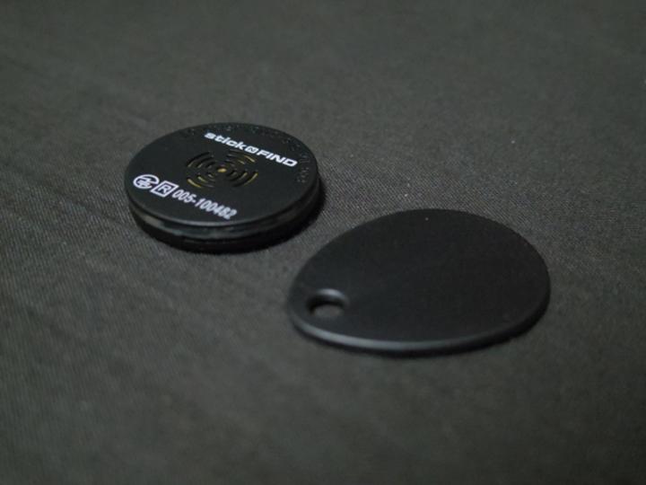 これで鍵も財布も絶対に無くさない! スマホからの距離がレーダーでわかる「Stick-N-Find」