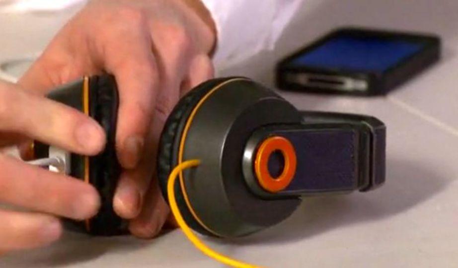 ソーラーパネル搭載、バッテリーチャージにも使うことのできるヘッドフォン