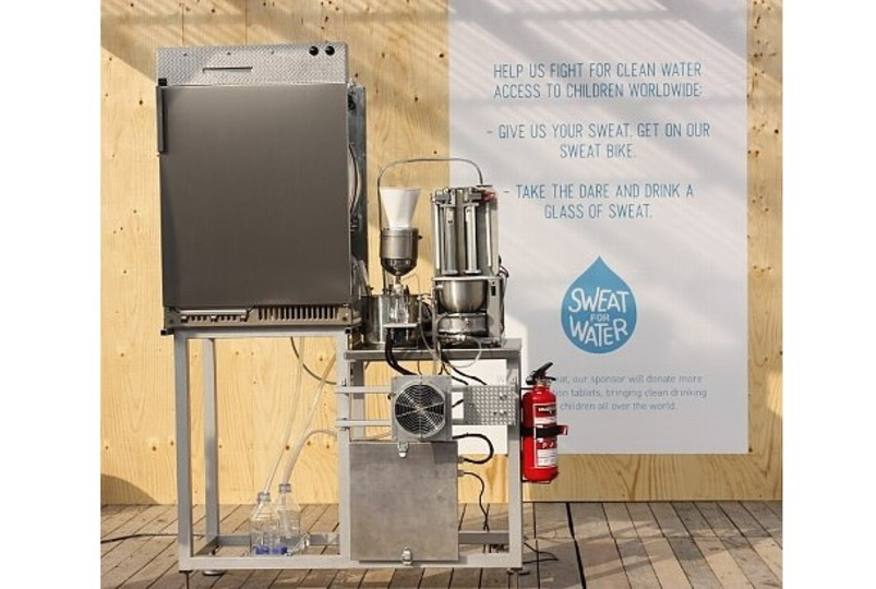 そんなことが可能なんですか! 服の汗を抽出して飲料水に変換させるマシン