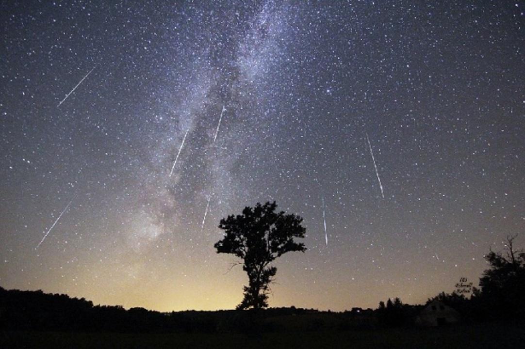 これは願い叶いそう…世界中のペルセウス流星群の写真たちに息をのむ