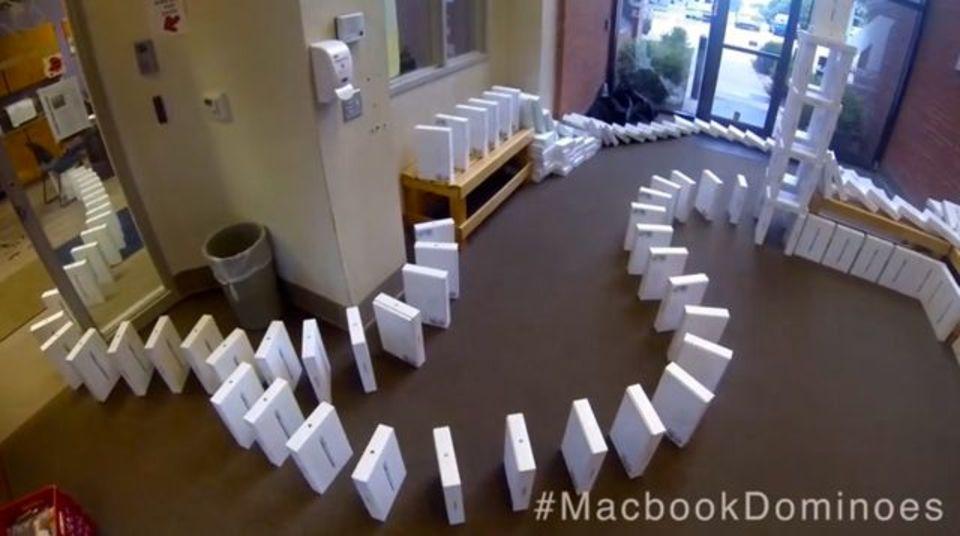 MacBook Airの外箱を4000個並べてドミノ倒ししてみた!(動画)