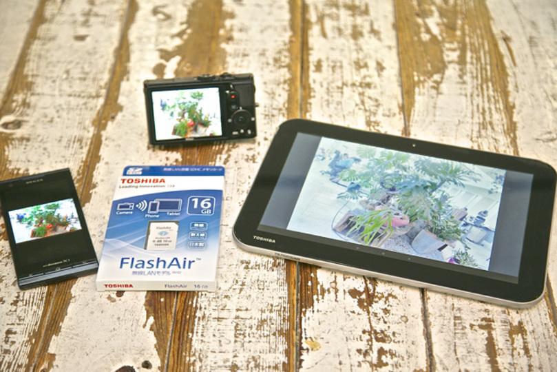 このSDメモリカードならモテ期が来る!? Wi-Fi内蔵の「FlashAir™」なら撮った写真を瞬間シェアできてアツい!