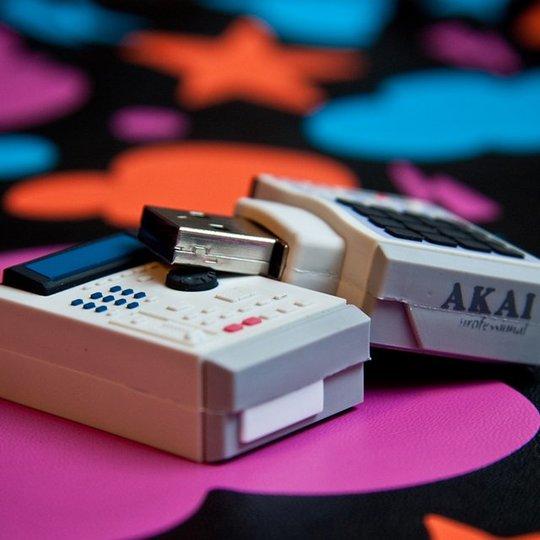 一つ欲しい! 伝説のサンプラー「Akai MPC2000XL」のUSBメモリーが精巧すぎてスゴい