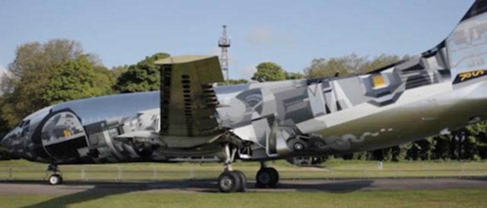 飛行機がキャンバスになる、グラフィティアートを施されたボーイング737(動画あり)