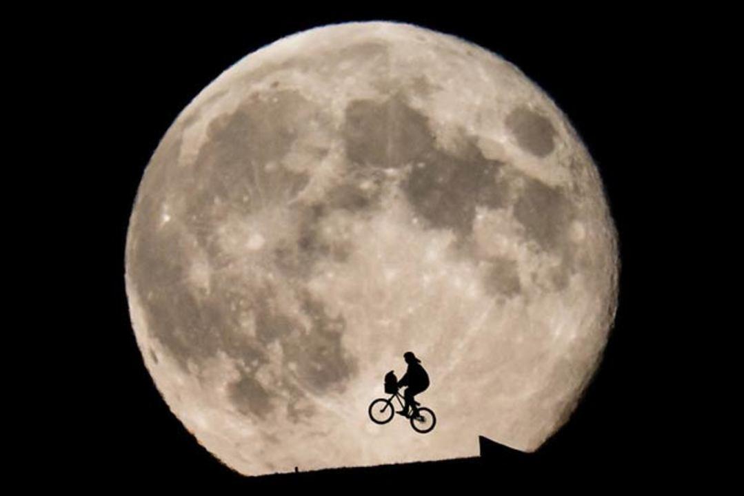 Etの名シーンを現実で再現した写真空飛ぶ自転車はどうなった