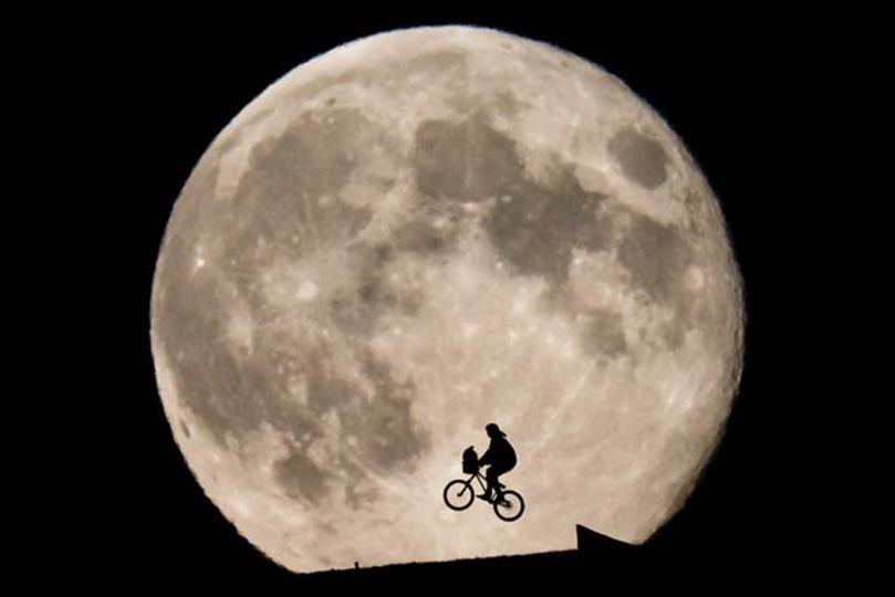 E.T.の名シーンを現実で再現した写真、空飛ぶ自転車はどうなった?