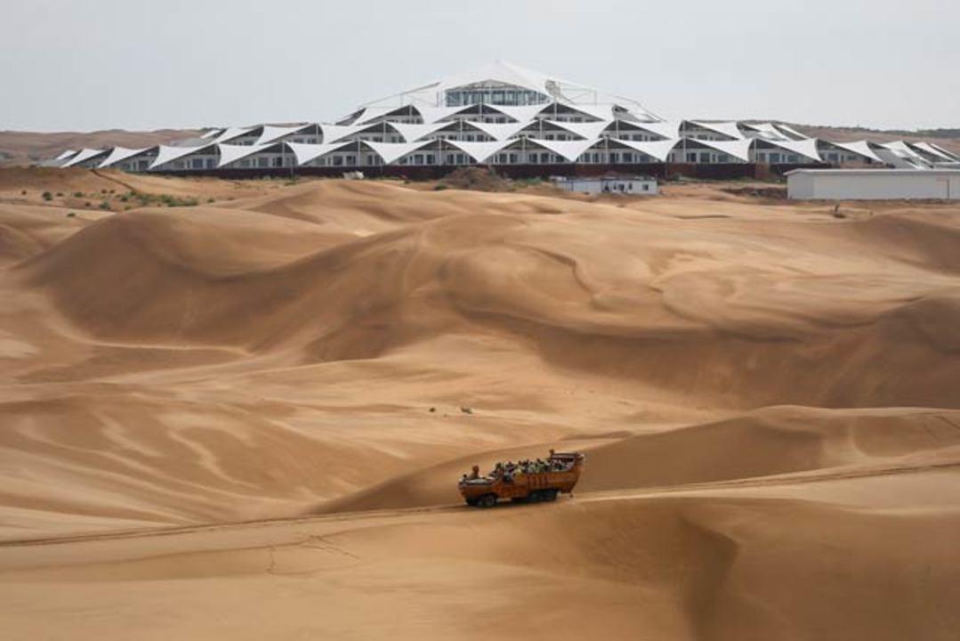 砂漠の真ん中にあるエコなホテル(ギャラリーあり)