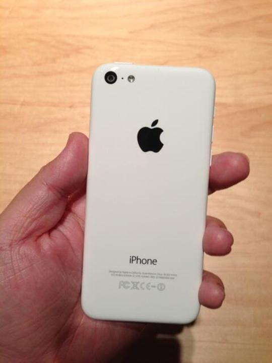 ドコモ版iPhone 5cにdocomo・Xiのロゴ無し。