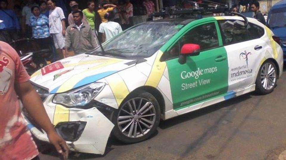 Googleストビューカーがバス衝突・逃走、別のバスとトラックに突っ込む