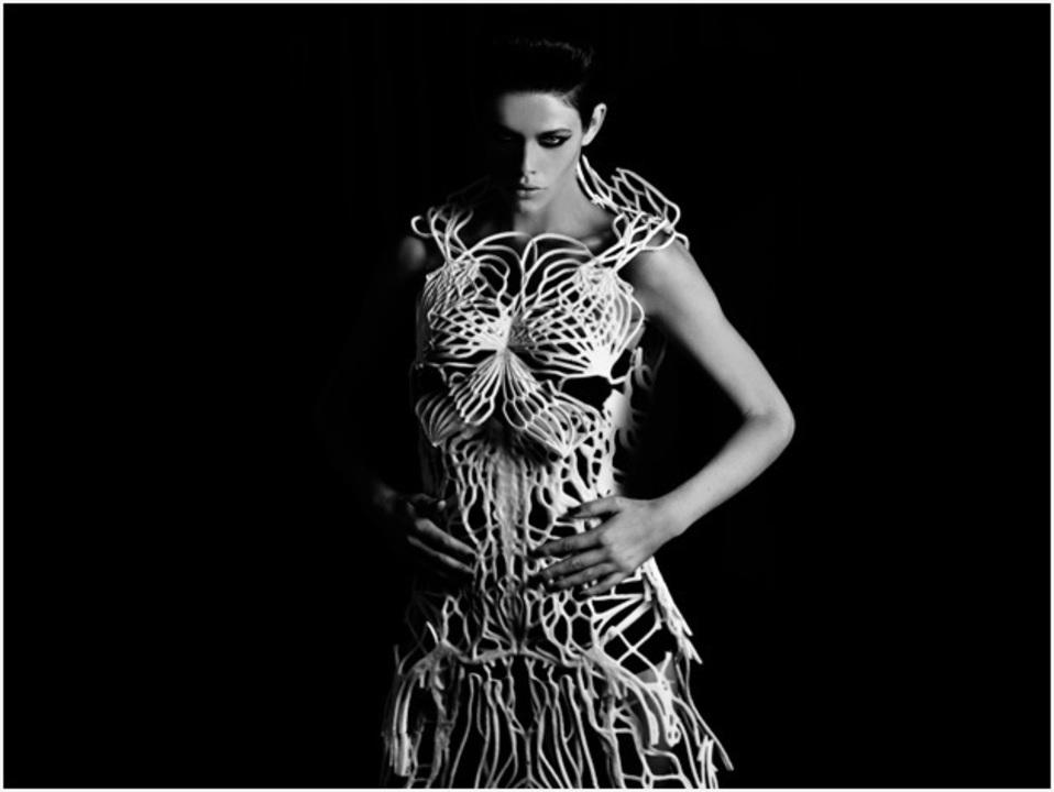 3Dプリンターで作られた前衛的デザインのドレス(動画あり)