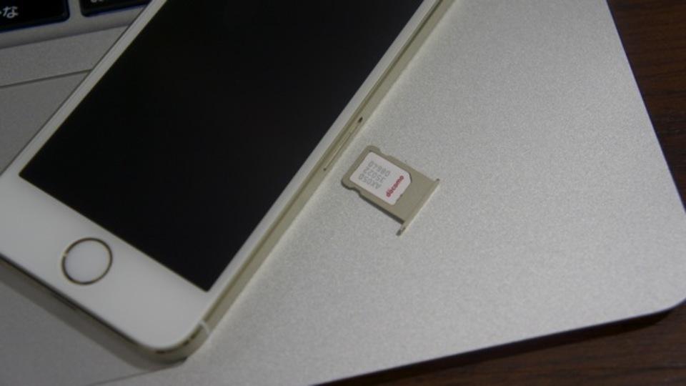 【 #iPhone5s 】ドコモのiPhone 5sに差さってるnano SIMを、ソフトバンクのiPhone 5sに入れてみたところ…