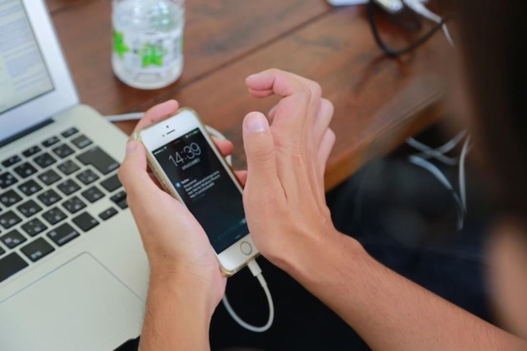 【 #iPhone5s 】掌底でiPhone 5sの指紋認証を登録&ロック解除してみたよ! (動画)