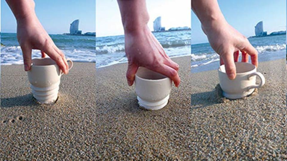 ビーチや公園、不安定な地面でこそ活躍するねじ込むマグカップ