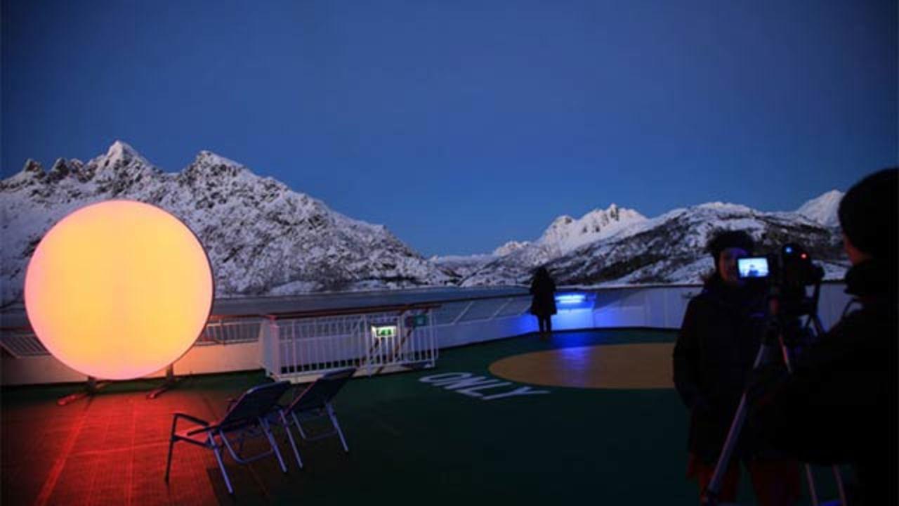 北極の冬、太陽が昇らない暗い昼を乗り切るための人工太陽アート(ギャラリー&動画あり)