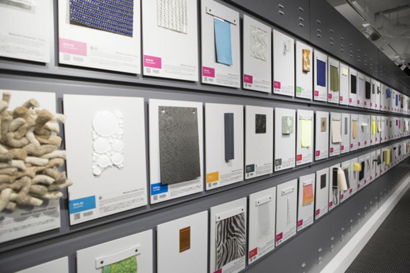 世界中から集められた先端素材に触れられる「Material ConneXion Tokyo」のマテリアルライブラリー