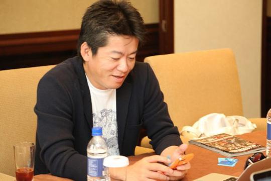 堀江貴文さんにiPhoneホーム画面とカバンの中身を見せてもらったよ!