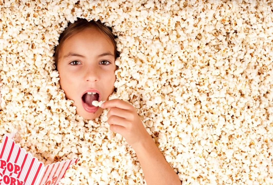 映画観るときポップコーン食べる? あれって広告効果が薄くなるらしいですよ