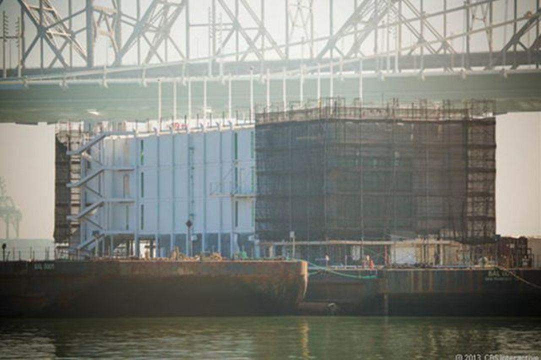 グーグルグラスの宣伝? グーグルがベイブリッジの下の超目立つ洋上で極秘で何かを建造中(動画&追記あり)