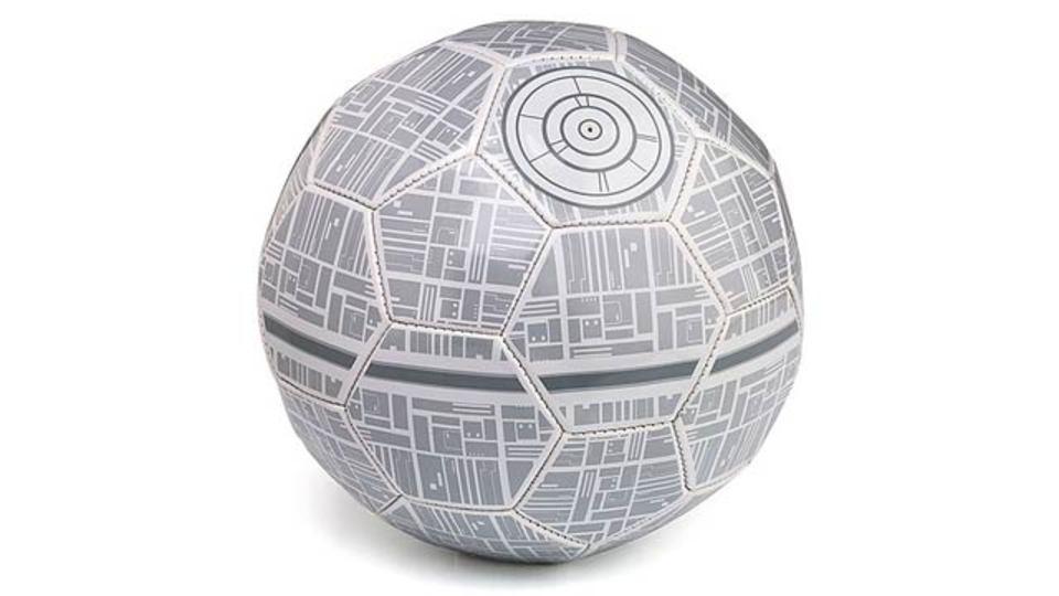 銀河帝国を蹴るなんて…なんとも恐れ多いデス・スターのサッカーボール