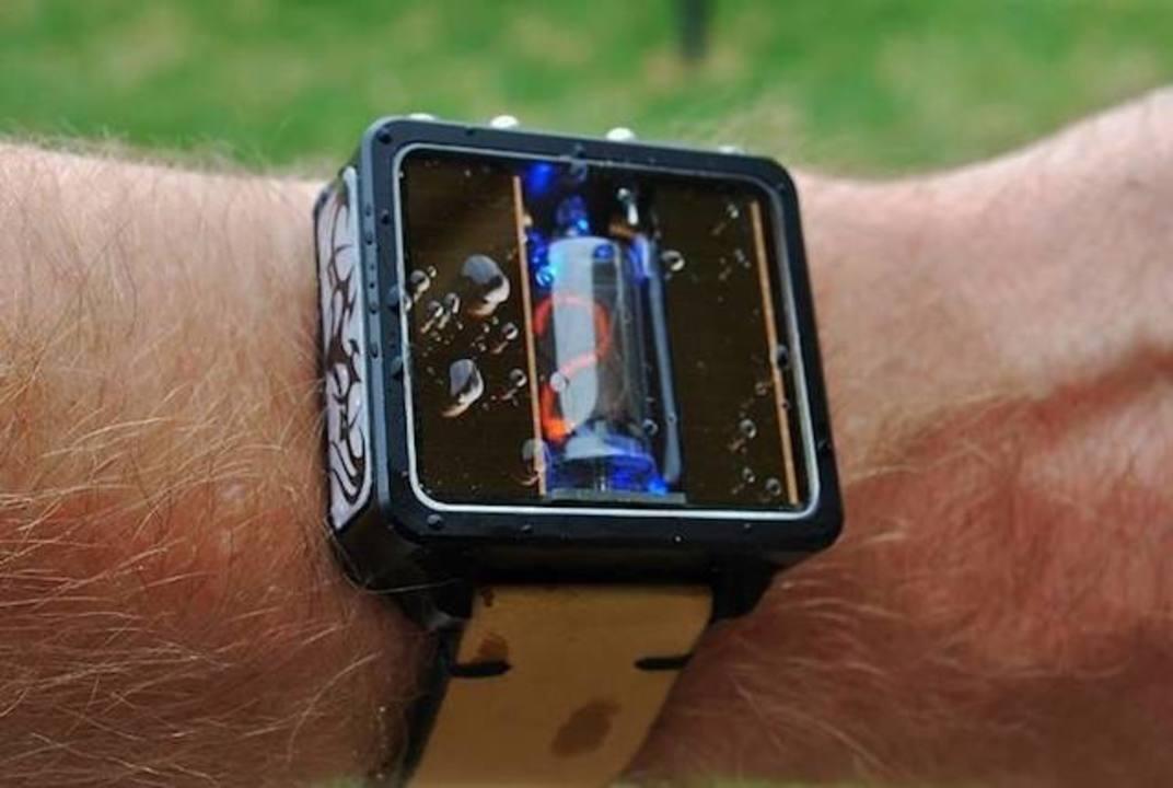 最高にクール! ニキシー管腕時計にソーラーモデル現る(動画あり)