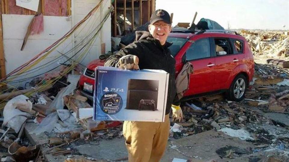 竜巻で家が飛ばされた男、PS4だけは助かる