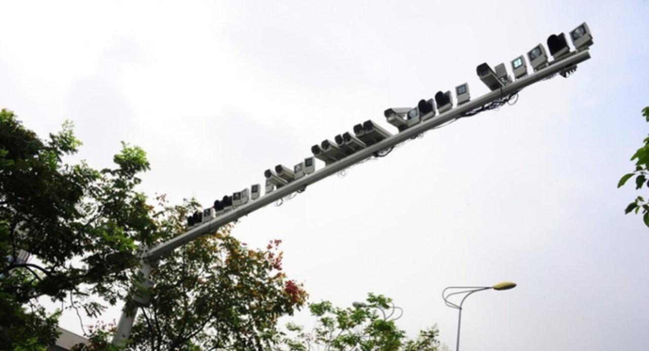 いくらなんでも多すぎ…。路上の柱一本に監視カメラ60台設置